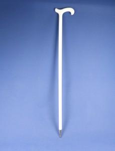 weißer Wanderstock mit metallischer Spitze